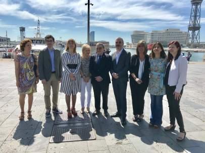 Alcaldes y cuadros municipales del PSC ante el Puerto de Barcelona.