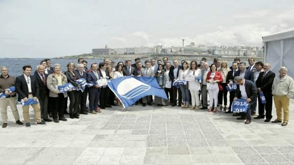 El presidente de la Xunta en la entrega de banderas azules en A Coruña.