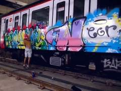 Un grupo de grafiteros desnudos pintan un vagón del metro de Barcelona