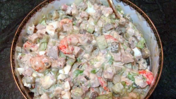 Una ensaladilla rusa (ensalada Olivier) basada en la supuesta receta original