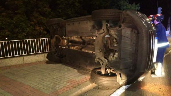 Vehículo volcado tras el accidente