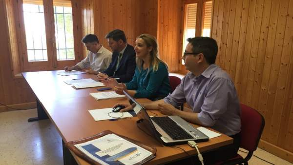 Alcaldesa de Alcalá de Guadaíra junto al director de comunicación de Prodiel