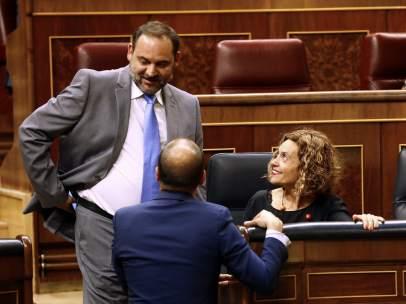 José Luis Ábalos, ministro de Fomento, y Meritxell Batet, ministra de Política Territorial, en el Congreso.