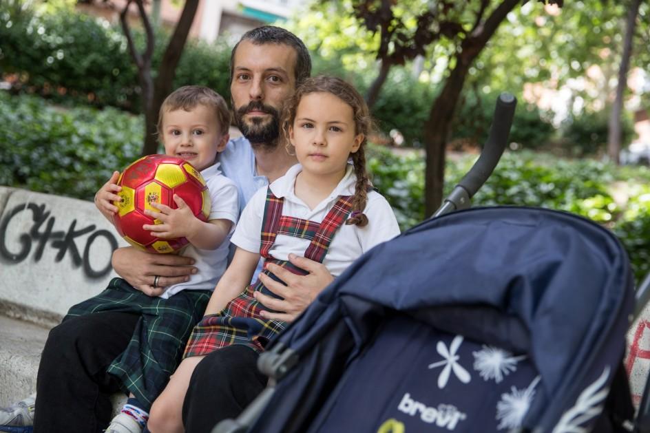 Juan Salinas junto a sus hijos.