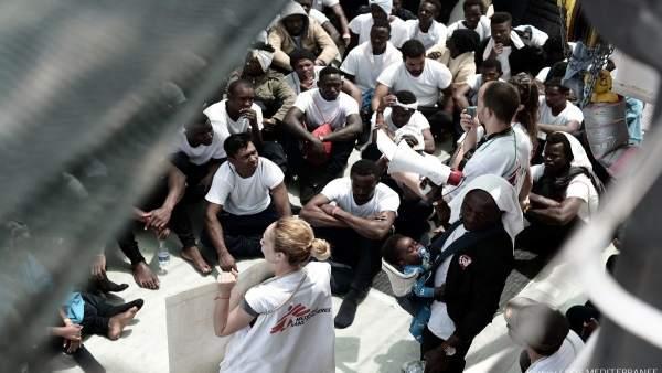 Més de 800 intèrprets d'anglés, francés i àrab s'ofereixen a atendre els immigrants de l''Aquarius'