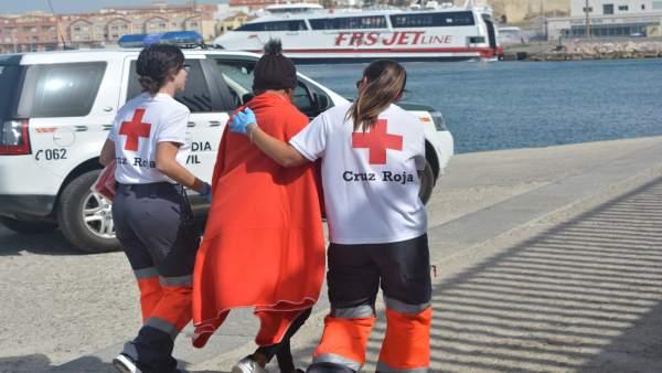 Imagen de archivo de voluntarios prestando servicio a migrantes