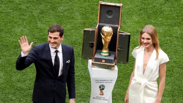 Casillas y Vodionova, durante la ceremonia del Mundial.