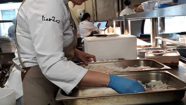 La chef Mª José Martínez prepara una de sus creaciones en Londres