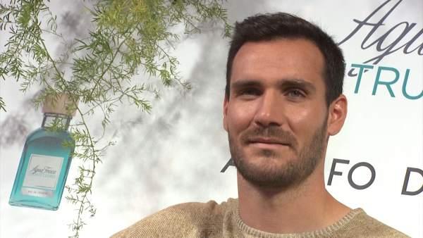 V deo sa l craviotto embajador de la nueva fragancia de for Adolfo dominguez trabajo