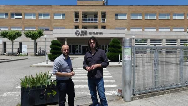 Luís Villares y el diputado Davide Rodríguez en el hospital de Verín