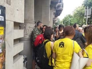Manifestantes de Aturem la subasta en los exteriores del Departamento de la Vicepresidencia y de Economía y Hacienda.