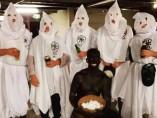 Estudiantes australianos de la universidad Charles Sturt disfrazados como un esclavo negro y el Ku Klux Klan.