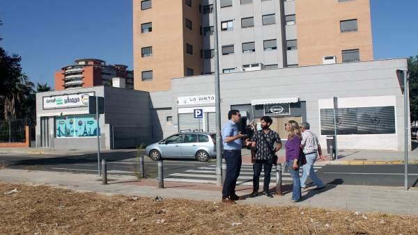 El edil de Participa Sevilla, Julián Moreno, con vecinos