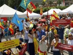 """Unas 300 personas se manifiestan contra el """"adoctrinamiento escolar"""" en Cataluña"""