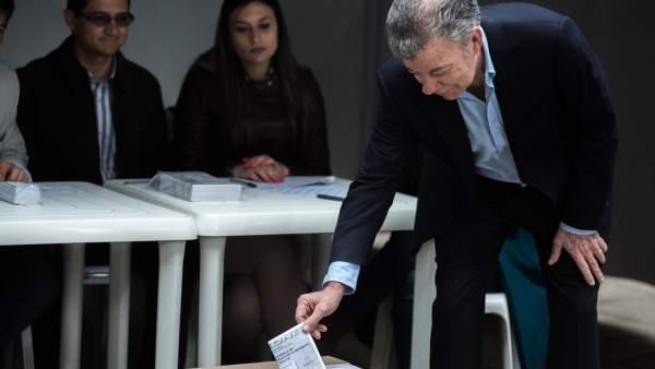 El presidente de Colombia, Juan Manuel Santos, vota en la segunda vuelta de las elecciones.