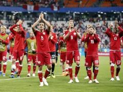 Los jugadores de Dinamarca pagan un avión privado a un compañero para que conozca a su hija