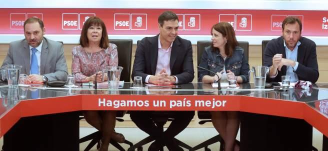 José Luis Ábalos, Cristina Narbona, Pedro Sánchez, Adriana Lastra y Óscar Puente, este lunes en Ferraz.