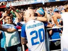 Halfredsson, centrocampista de Islandia, celebra el empate obteido ante Argentina con los aficionados.