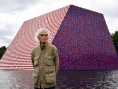Christo crea una escultura con 7.500 barriles que flota en el lago de Hyde Park