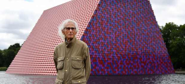 El artista búlgaro Christo, con su escultura 'The London Mastaba'.