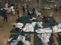 Un agente de EE UU se burla de niños migrantes que lloran