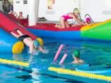 Niños jugando en una piscina.
