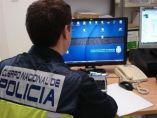 Policía, ante un ordenador
