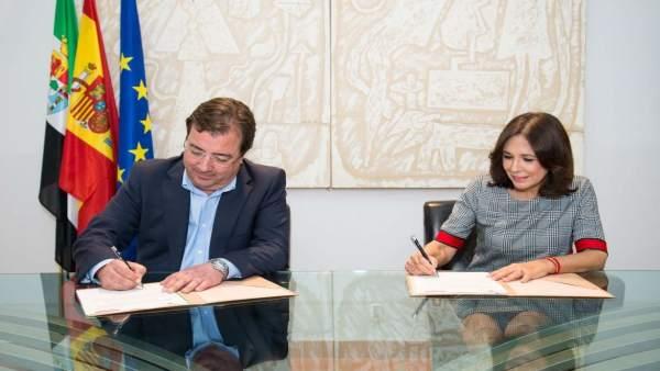 Vara e Isabel Gemio durante la firma del acuerdo