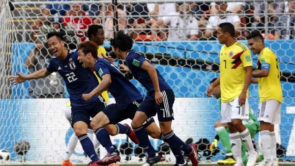 Los jugadores de Japón celebran el segundo gol ante Colombia.