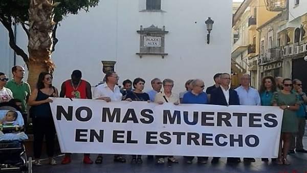 Concentración contra las muertes de inmigrantes en el Estrecho en Algeciras