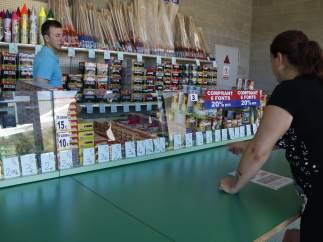 Dos clientes comprando petardos en una tienda de Riudellots de la Selva (Selva).