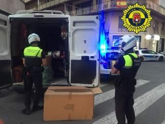 Dos agentes ante una de las furgonetas con petardos