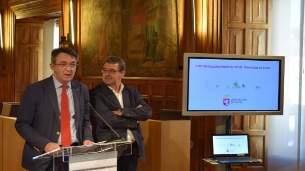 M. Majo (I) durante la presentación del plan