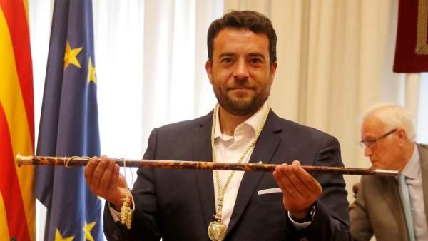 El nuevo alcalde de Badalona, Àlex Pastor, recibiendo la vara de alcalde.
