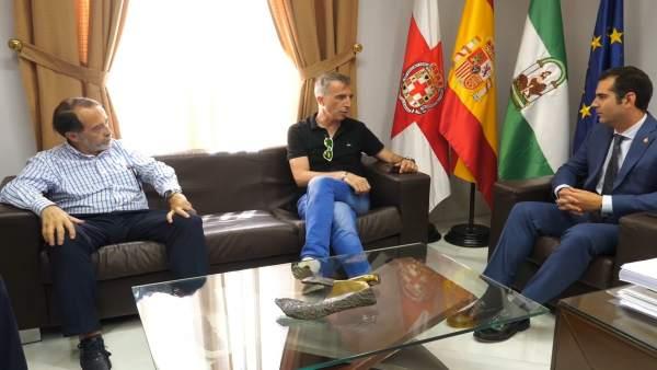 El alcalde de Almería recibe al ex árbitro de fútbol David Fernández Borbalán