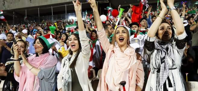 Mujeres de Irán viendo un partido de fútbol
