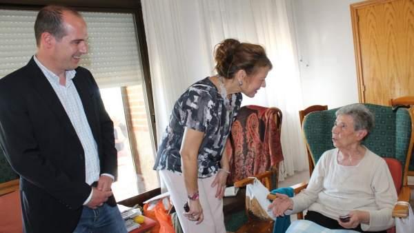 La consejera de Bienestar Social visita una residencia en Cogolludo