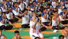 50.000 personas practican yoga con el primer ministro indio
