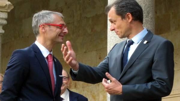 Pedro Duque habla con el rector de la USAL en Salamanca