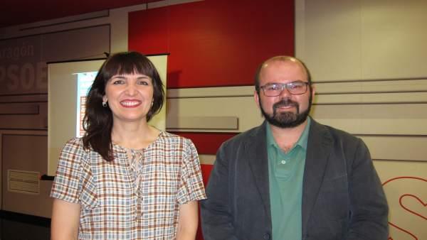 Ana Vázquez y Sergio Ortiz, en la sede del PSOE-Aragón esta tarde en Zaragoza