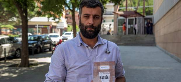 El periodista Nacho Carretero con su libro 'Fariña'.