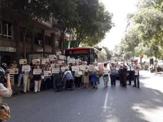 Protesta de vecinos contra la supresión de la línea de bus 41.