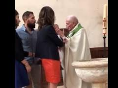 La bofetada de un cura a un bebé en su bautizo indigna las redes en Francia
