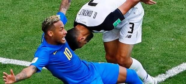 Neymar, en una pugna con Duarte durante el Brasil - Costa Rica.