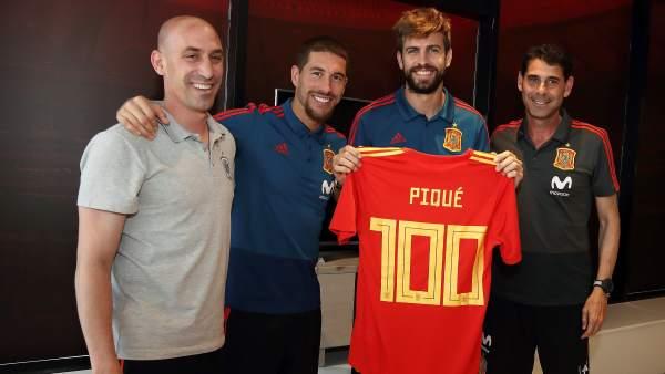 f9b5105729 Sergio Ramos homenajea a Piqué por sus 100 partidos con la Selección