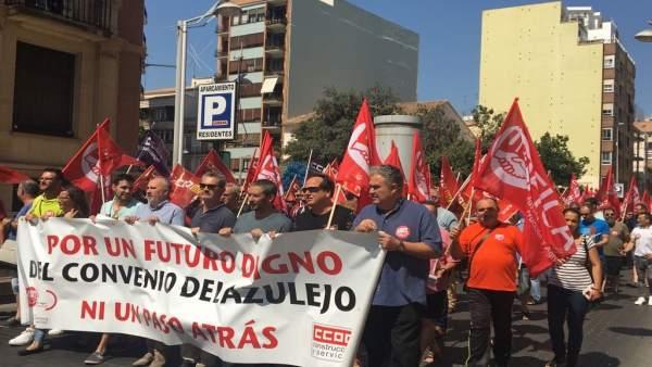 Manifestación por el bloqueo del convenio del azulejo en Castellón