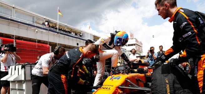 Fernando Alonso sube a su McLaren