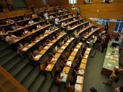 Alumnos Practicando Un Exámen De Selectividad.