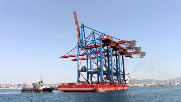 Grúas entrando en el puerto de Málaga
