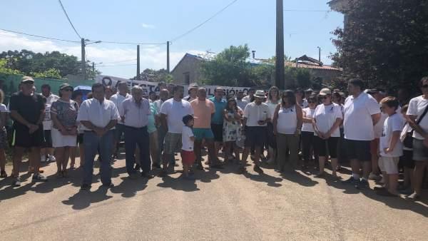 Concentración de vecinos afectados por la explosión de Paramos, en Tui